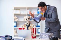 De boze werkgever die bij zijn skeletwerknemer schreeuwen Stock Afbeeldingen
