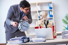 De boze werkgever die bij zijn skeletwerknemer schreeuwen Royalty-vrije Stock Foto's