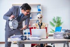 De boze werkgever die bij zijn skeletwerknemer schreeuwen Stock Foto's
