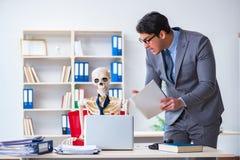 De boze werkgever die bij zijn skeletwerknemer schreeuwen Royalty-vrije Stock Afbeelding