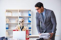 De boze werkgever die bij zijn skeletwerknemer schreeuwen Royalty-vrije Stock Foto