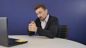 De boze werkgever heeft een bedrijfsgesprek op webcam in het bureau stock footage