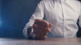 De boze werkgever slaat zijn vuist op de lijst Bedreiging van geweld De werkgever toont agressie stock footage