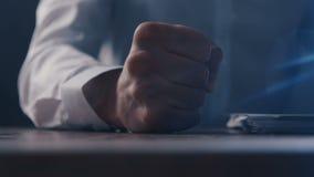 De boze werkgever slaat zijn vuist op de lijst Bedreiging van geweld De werkgever toont agressie stock videobeelden