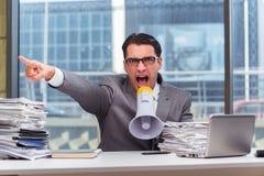 De boze zakenman met luidspreker in het bureau royalty-vrije stock foto's