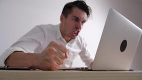 De boze zakenman slaat zijn vuist op de lijst Spanning op het Bureauwerk De werkgever toont agressie stock videobeelden