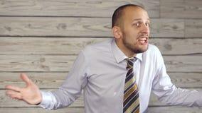 De boze zakenman zweert stock video