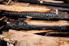 De brände till kol brädena ligger på en hög Många gamla bräden arkivfoton