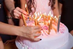 De bränner stearinljus på födelsedagen Celebratory kaka med stearinljus Arkivfoton