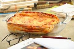 De braadpan en de boeken van de kaas royalty-vrije stock afbeelding
