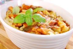 De braadpan van de kerriekip met bloemkool en aardappel stock fotografie