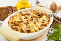 De braadpan van groenten met paddestoelen en kaas stock foto