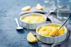 De braadpan van de zalmaardappel met glazen water royalty-vrije stock afbeelding