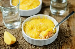 De braadpan van de zalmaardappel met glazen water royalty-vrije stock afbeeldingen