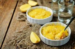 De braadpan van de zalmaardappel met glazen water royalty-vrije stock fotografie