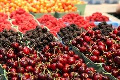 De braambessen & de frambozen van kersen in een markt Stock Afbeeldingen