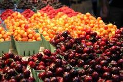 De braambessen & de frambozen van kersen in een markt Royalty-vrije Stock Fotografie