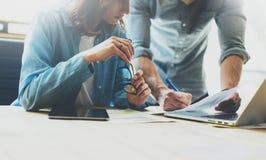 De brainstormingsproces van het Coworkingsteam in modern bureau De projectleider analyseert rapporten, houdend glazen vrouwelijke Royalty-vrije Stock Afbeeldingen
