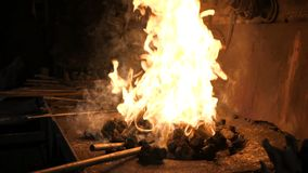 De brand brandt in het fornuis stock videobeelden