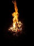 De brand brandt in het midden van de nacht Stock Foto's