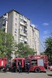 De brand-brigade dooft een brand in flatgebouw Royalty-vrije Stock Foto