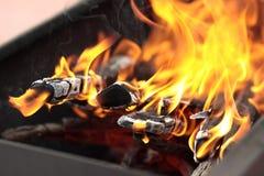 De brand in de grill Stock Foto's