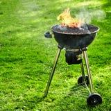 De brand die van de de zomerbarbecue in een ketelgrill opvlammen stock foto