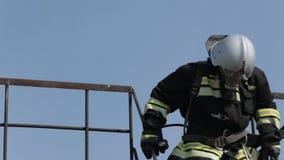 De brand in een gasmasker gaat binnen en verslaat de treden uit stock footage