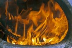 De brand en de steenkolen sluiten omhoog in een chiminea Royalty-vrije Stock Foto