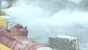 De brand en de ramp op de spoorweg, doven een brandslang met schuimbrand die wordt gevuld stock videobeelden