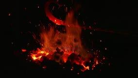 De brand en de vonken in smeden rood stock videobeelden