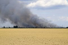 De brand is ergens voorbij het geploegde gebied Donkere rook van een brand Royalty-vrije Stock Afbeeldingen