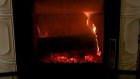 De brand in fornuis, sluit omhoog, brandhout het branden stock footage