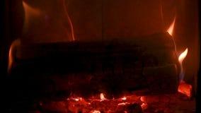 De brand in fornuis, sluit omhoog, brandhout het branden stock video