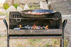 De brand moest een barbecue koken stock foto