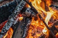 De brand steekt Kampvuur met Oranje Vlammen aan stock fotografie