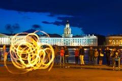 De brand toont in de dijk van nachtNeva Royalty-vrije Stock Afbeeldingen