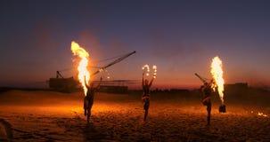 De brand toont Een groep professionele kunstenaars voert een verscheidenheid van brandfaciliteiten uit Jongens en meisjes uitgevo stock videobeelden