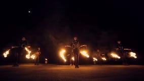De brand toont het verbazen bij nacht Dansen met brand in de nacht stock video