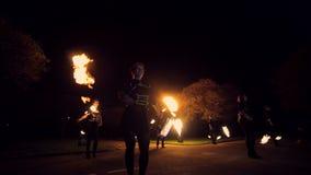 De brand toont het verbazen bij nacht Dansen met brand in de nacht stock videobeelden