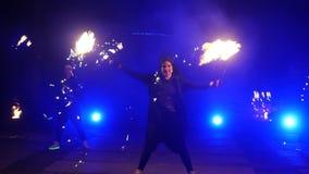 De brand toont langzame motie De uitgevoerde jongens en de meisjes dansen met brand in de nacht op de straat in het Park Deel 25 stock footage