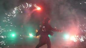 De brand toont langzame motie Vuurwerk De brand toont met de dansende mens Het verbazen bij nacht Deel 30 stock footage