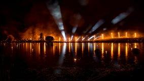 De brand toont over het meer met lichte buizen stock video