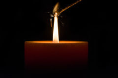 De brand van Bengalen door de vlam van een kaars wordt aangestoken die Royalty-vrije Stock Afbeelding