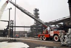 De brand van de raffinaderij Stock Afbeeldingen