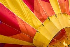 De brand voorziet een hete luchtballon in geel van brandstof, oranje en rood royalty-vrije stock afbeelding
