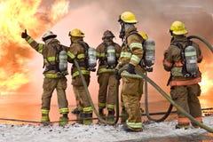 De brandbestrijder beduimelt omhoog stock foto's
