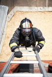 De brandbestrijder beklimt op brandtreden Royalty-vrije Stock Foto