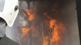 De brandbestrijder dooft brand met een waterstraal stock video