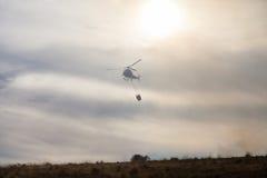De Brandbestrijder Helicopter Dropping van de Spainsh zoals-355N Civiele Bescherming stock foto's